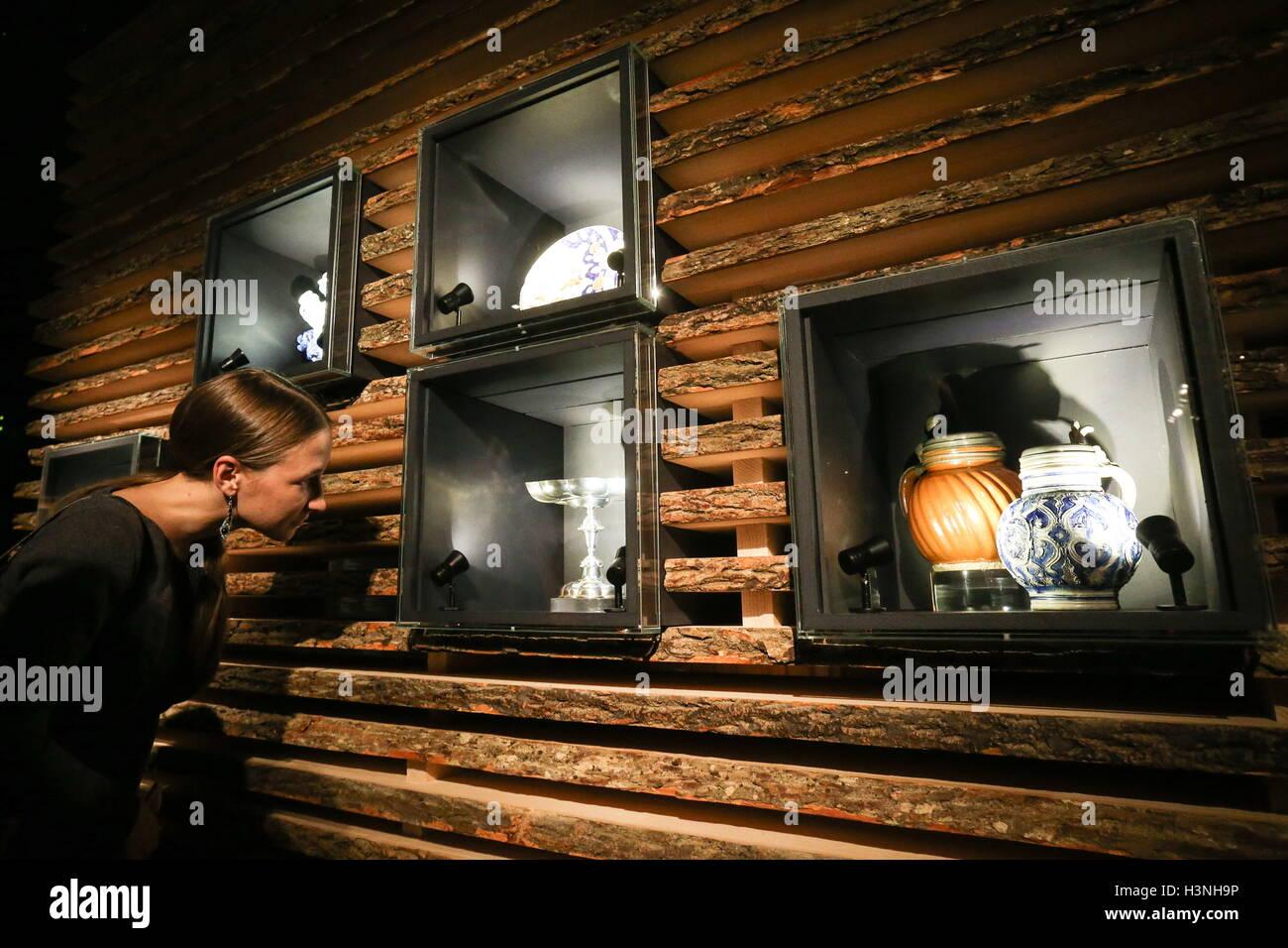 https://c8.alamy.com/compfr/h3nh9p/moscou-russie-le-10-octobre-2016-une-fille-regarde-vaisselle-presentes-a-lexposition-intitulee-lart-de-vivre-interieur-de-maison-bourgeoise-neerlandais-a-lere-de-prosperite-au-musee-detat-pouchkine-des-beaux-arts-de-lexposition-presente-11-peintures-de-lartistes-de-lage-dor-hollandais-imagerie-de-la-vendeuse-et-scenes-de-la-vie-quotidienne-ainsi-que-des-objets-dart-et-dartisanat-lexposition-est-ouverte-a-letat-pushkin-museum-of-fine-arts-du-11-octobre-2016-au-10-janvier-2017-vyacheslav-prokofyevtass-h3nh9p.jpg