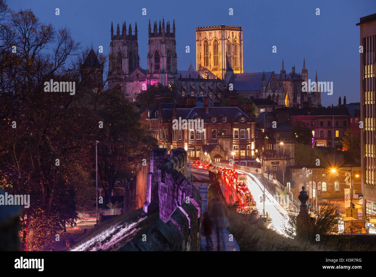 La cathédrale de York des murs de la ville la nuit Photo Stock
