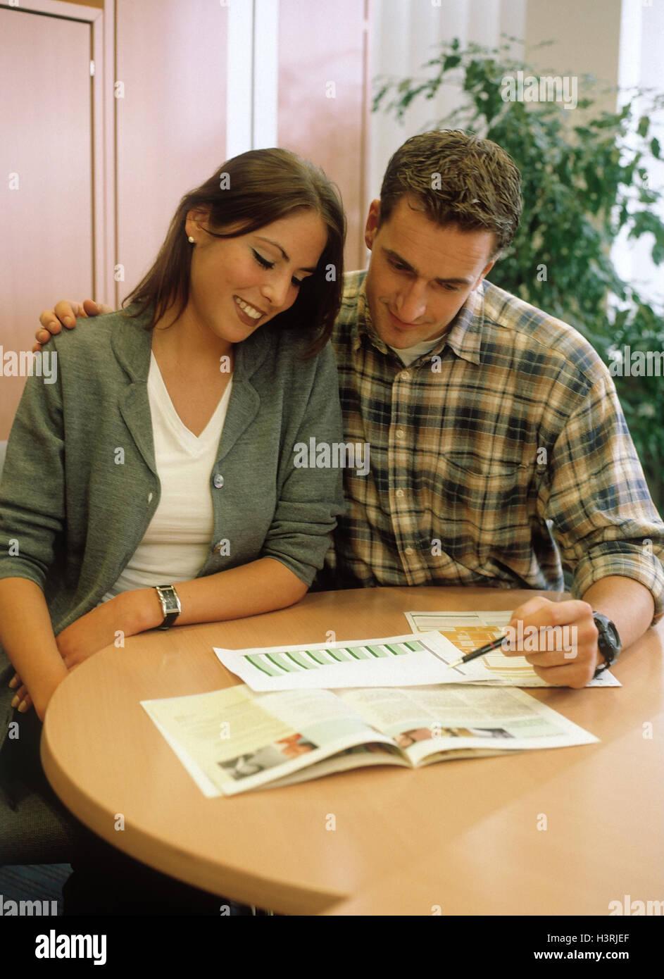Couple, lire, brochure, formulaire, sourire, ensemble, femme, homme, de l'information, d'éducation Photo Stock