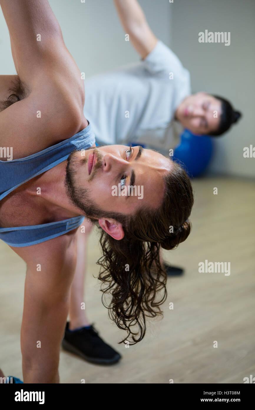 L'homme faisant l'exercice aérobie Photo Stock