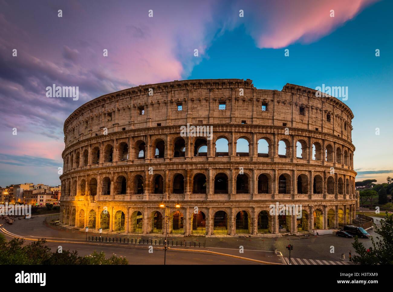Le Colisée, le plus grand amphithéâtre dans le monde, est un amphithéâtre elliptique dans le centre de la ville de Rome, Italie Banque D'Images