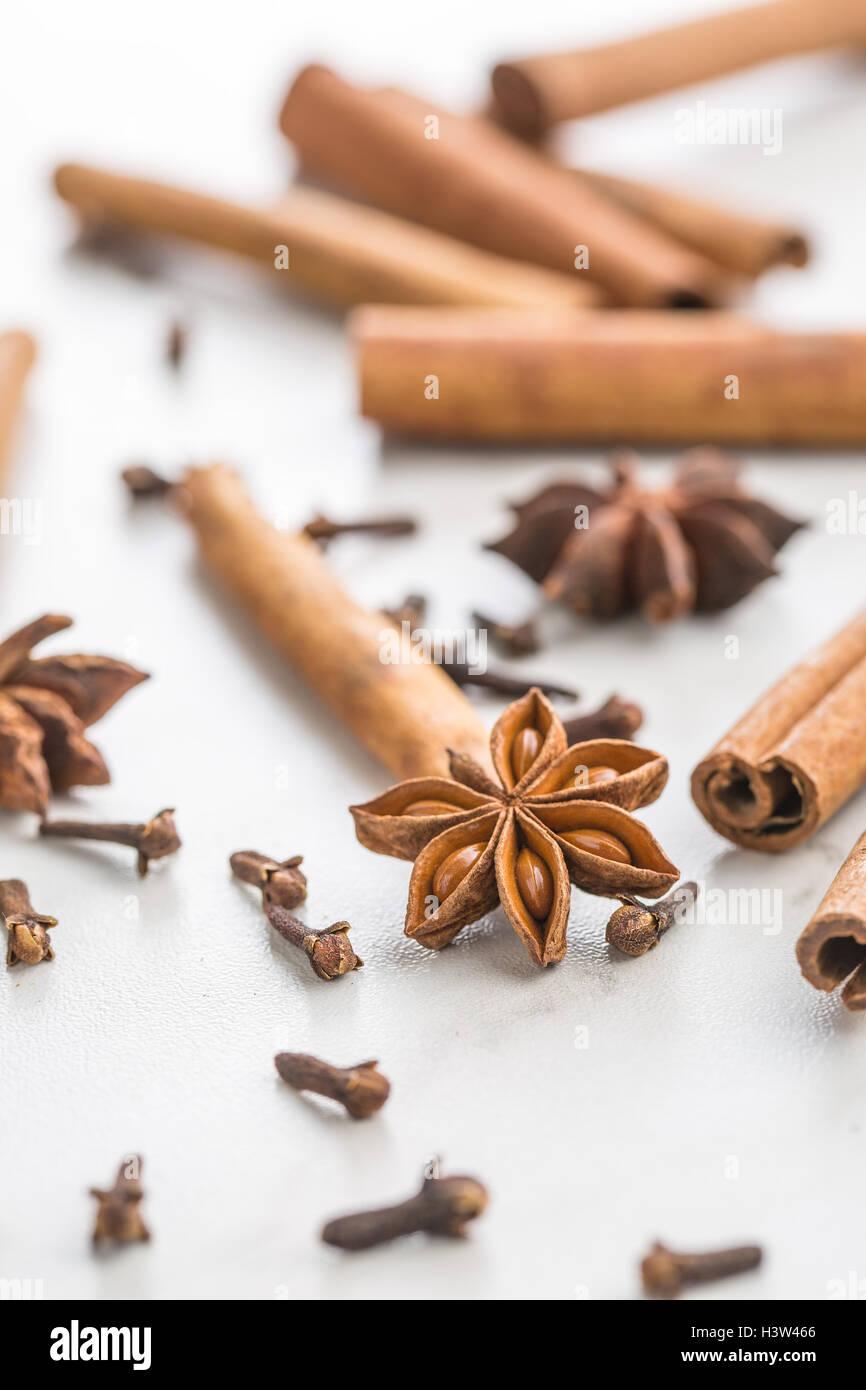 La cannelle, girofle et anis étoile sur une table de cuisine. Photo Stock