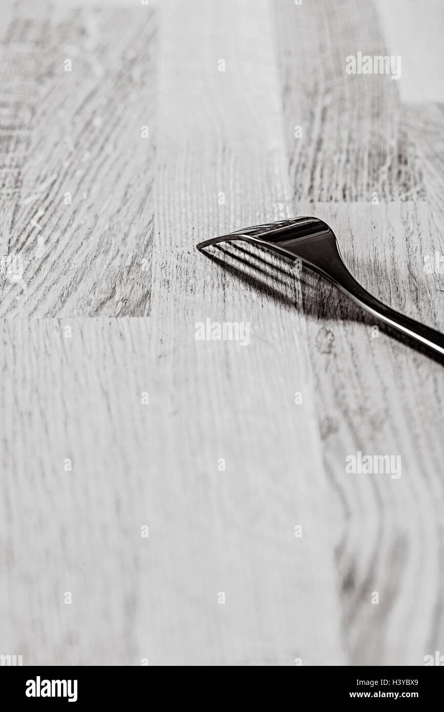 Seule la fourche sur table en bois. Cuisine Noir et blanc nature morte. Banque D'Images