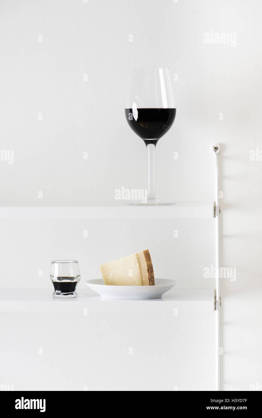 Vin rouge, fromage parmesan et vinaigre balsamique sur étagère. La vie toujours des aliments. Banque D'Images