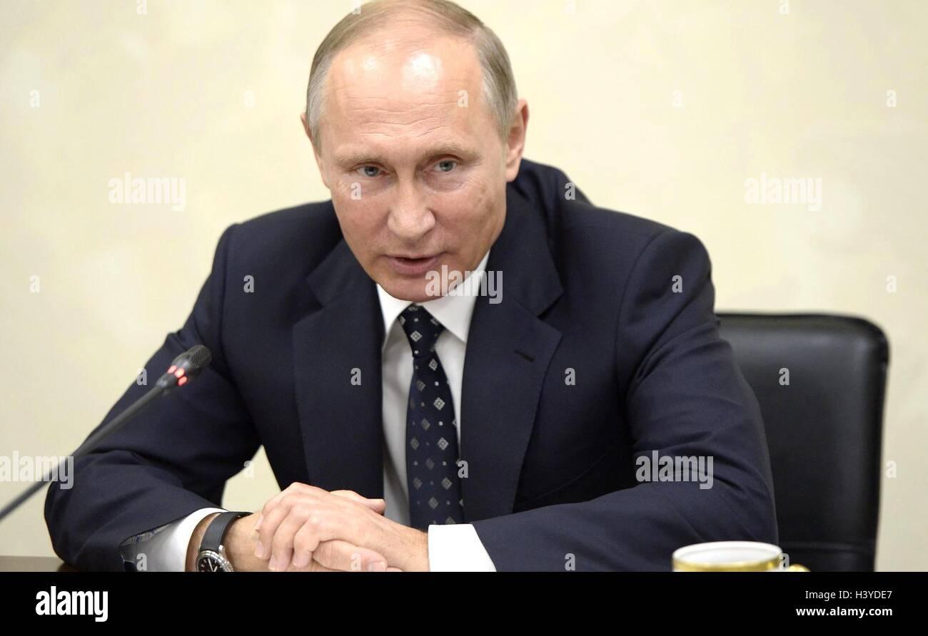Le président russe Vladimir Poutine au cours d'une réunion avec des représentants d'organisations Photo Stock