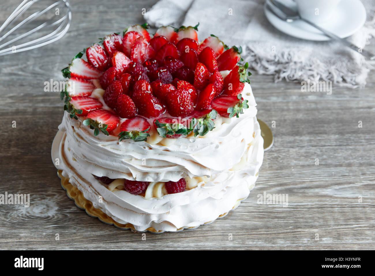 Gâteau de meringue avec crème anglaise et fraise framboise Photo Stock