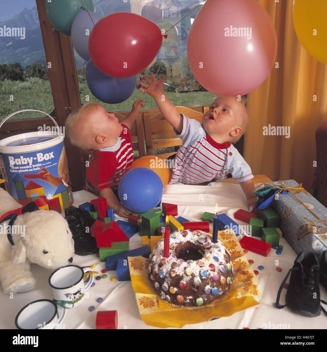 1 Anniversaire Des Bébés Des Jumeaux Jouent Des Ballons Des