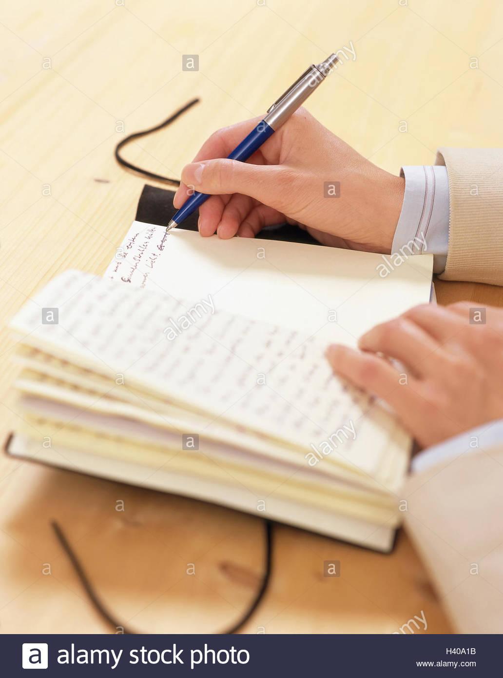 femme  d u00e9tail  des mains  un stylo  un journal intime   u00e9crire  women u0026 39 s hands  score  sont cit u00e9s