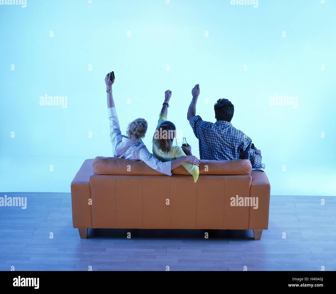 canap t l vision la famille l 39 enthousiasme vue de dos. Black Bedroom Furniture Sets. Home Design Ideas