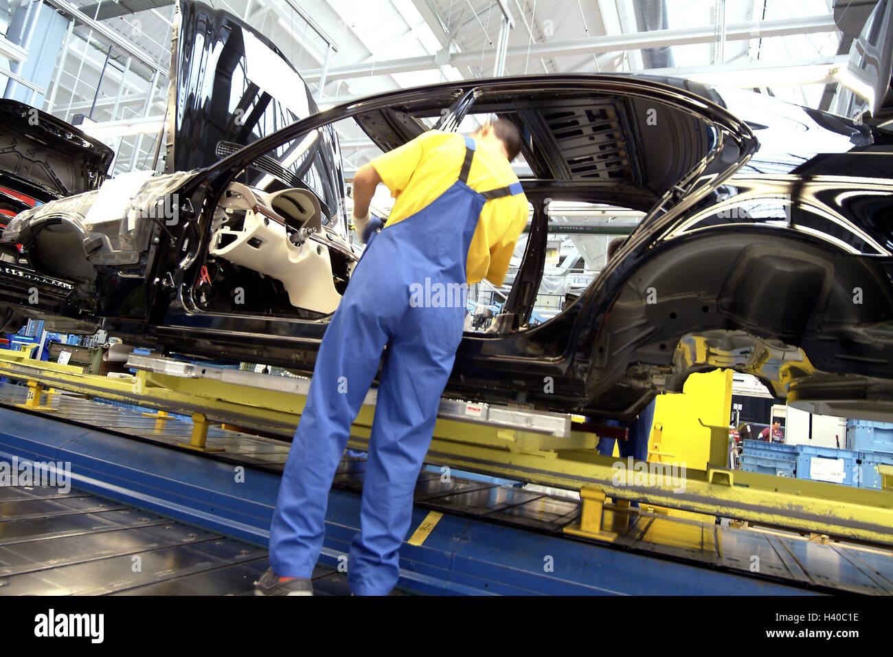 travailleur linstallation lquipement intrieur de lconomie lindustrie lindustrie automobile lusine opus hall voitures vhicules lpkw