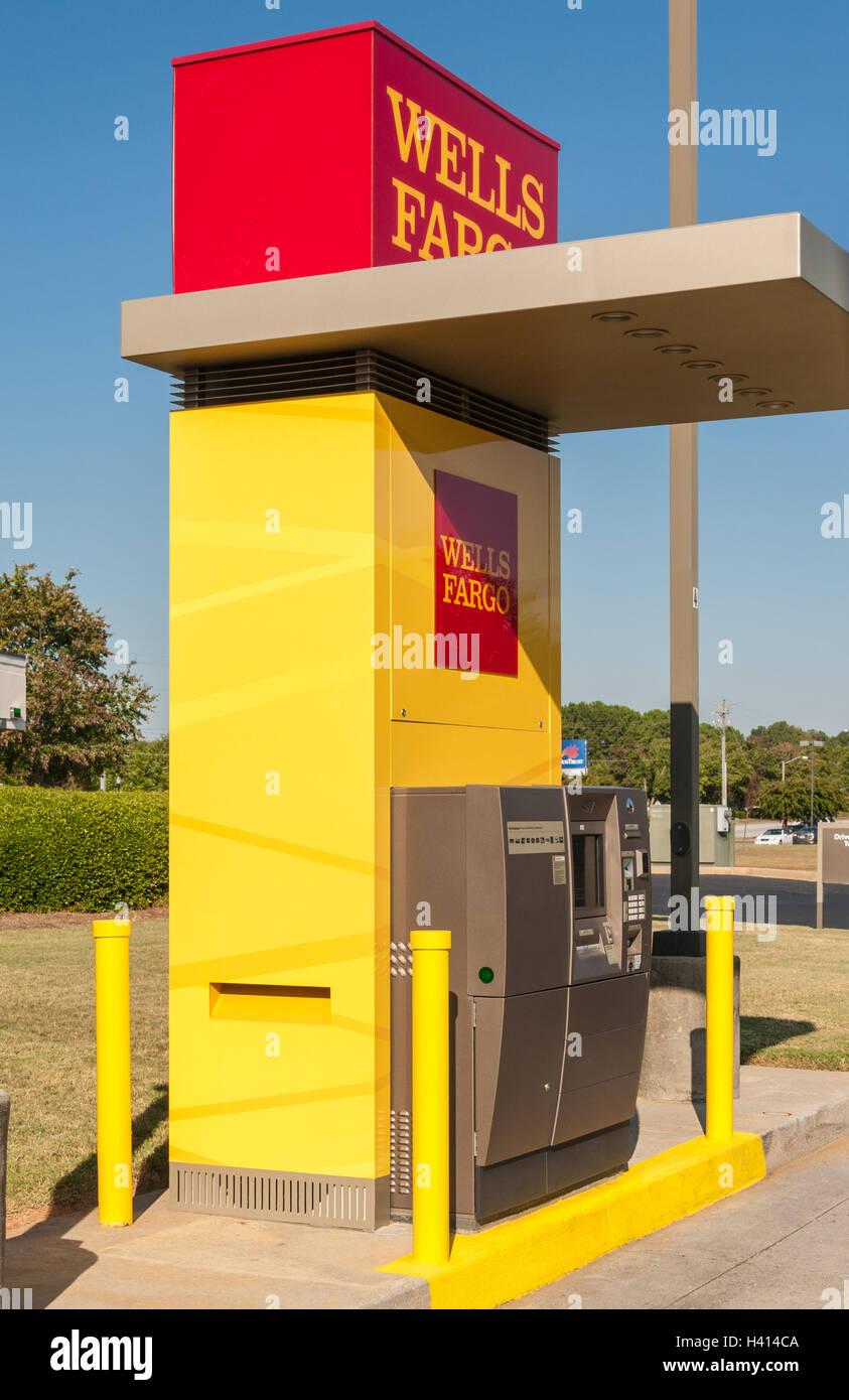 La Wells Fargo Bank drive-thru dans ATM Snellville (métro) Atlanta, Georgia, USA. Banque D'Images