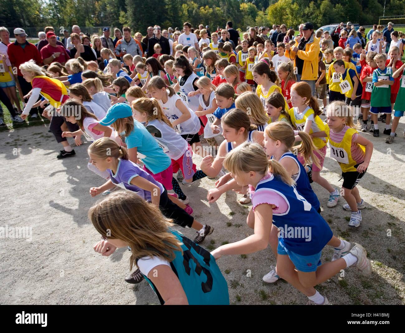 Les filles de ligne de départ en course sur piste Photo Stock