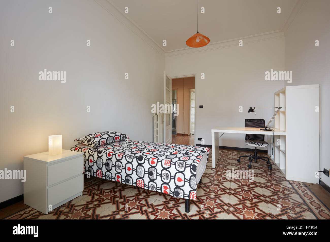 L'intérieur de chambre à coucher avec lit simple dans un appartement normal Photo Stock