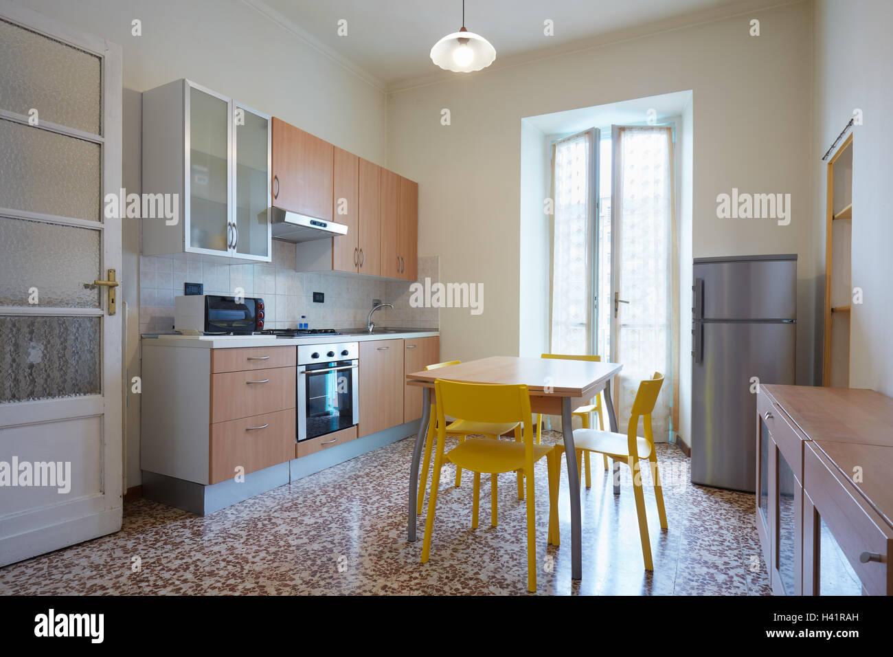 Cuisine simple en intérieur appartement normal Photo Stock