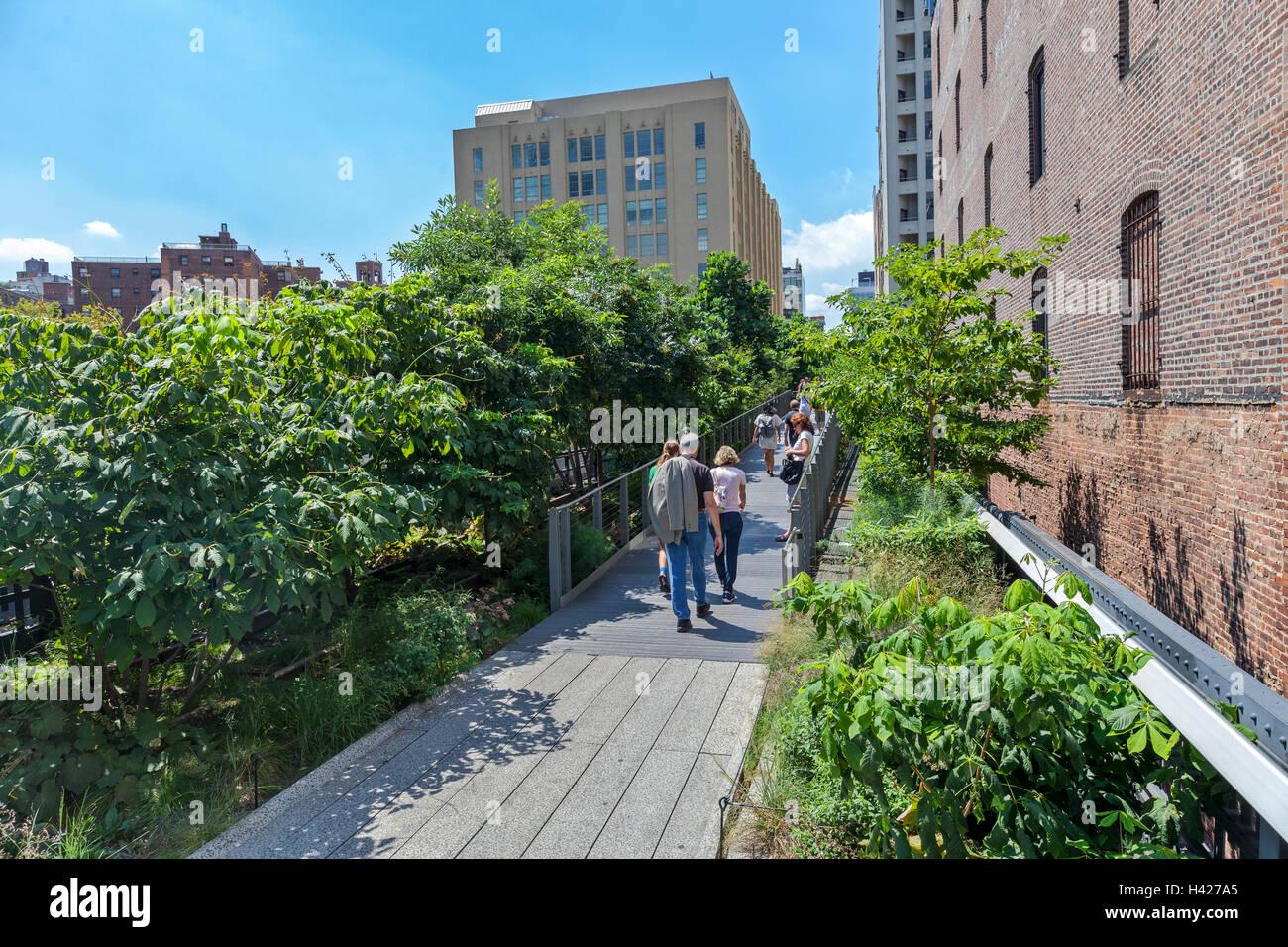 Personnes à pied et profiter de la New York City Le parc High Line. Banque D'Images