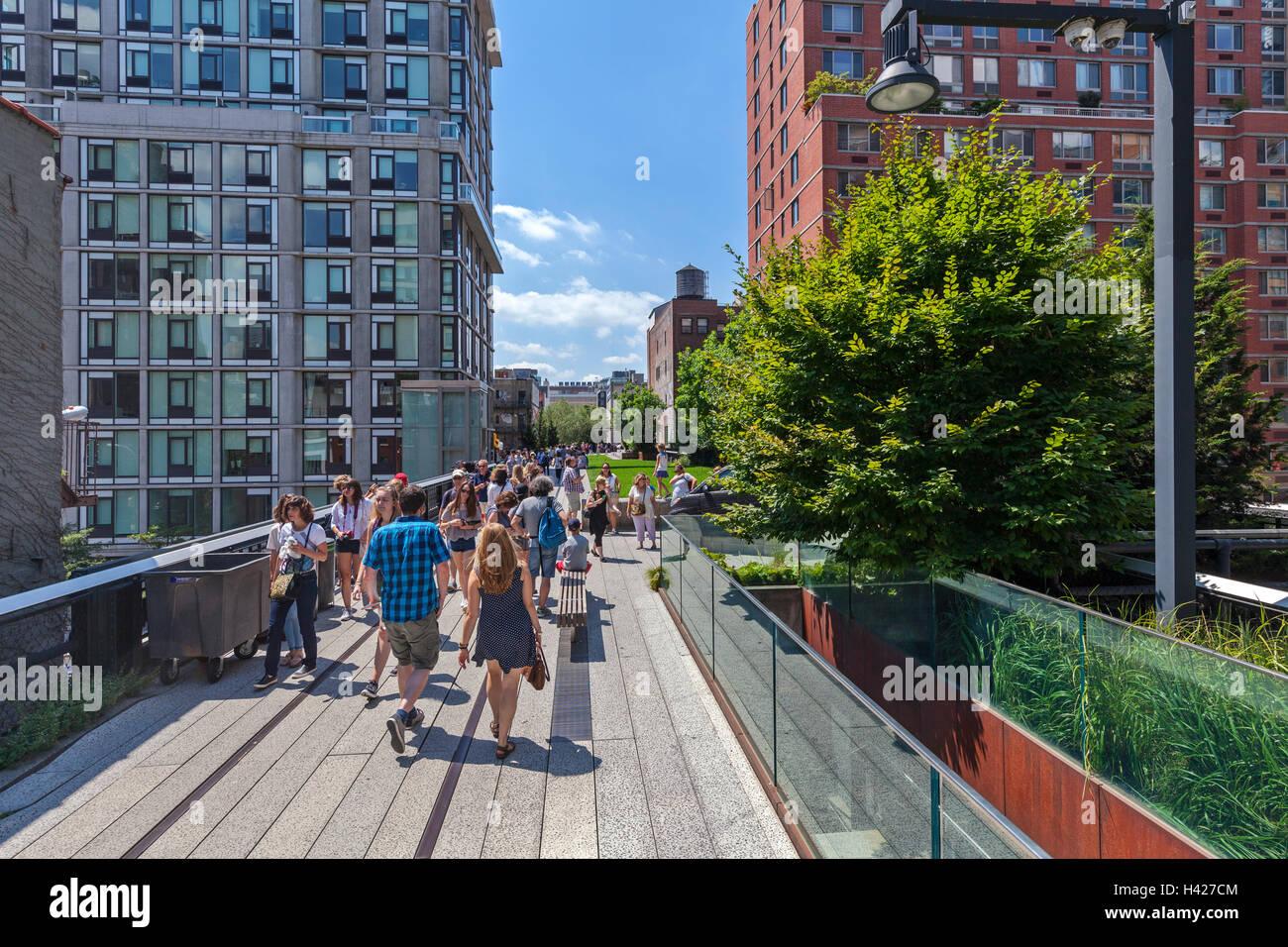 Personnes à pied et profiter de la New York City Le parc High Line. Photo Stock
