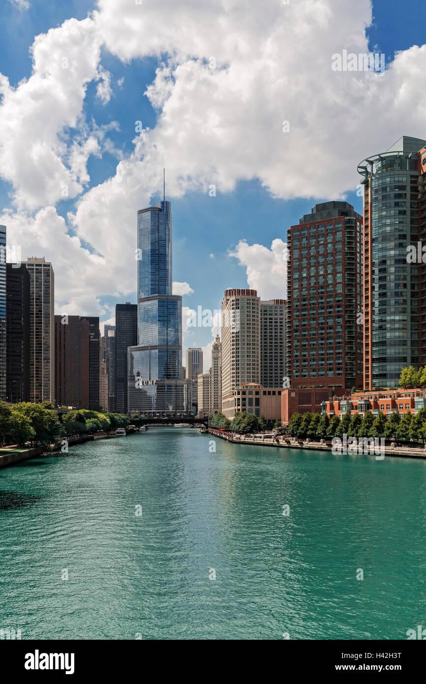 Regardant vers le bas de la rivière Chicago, Chicago, Illinois Photo Stock