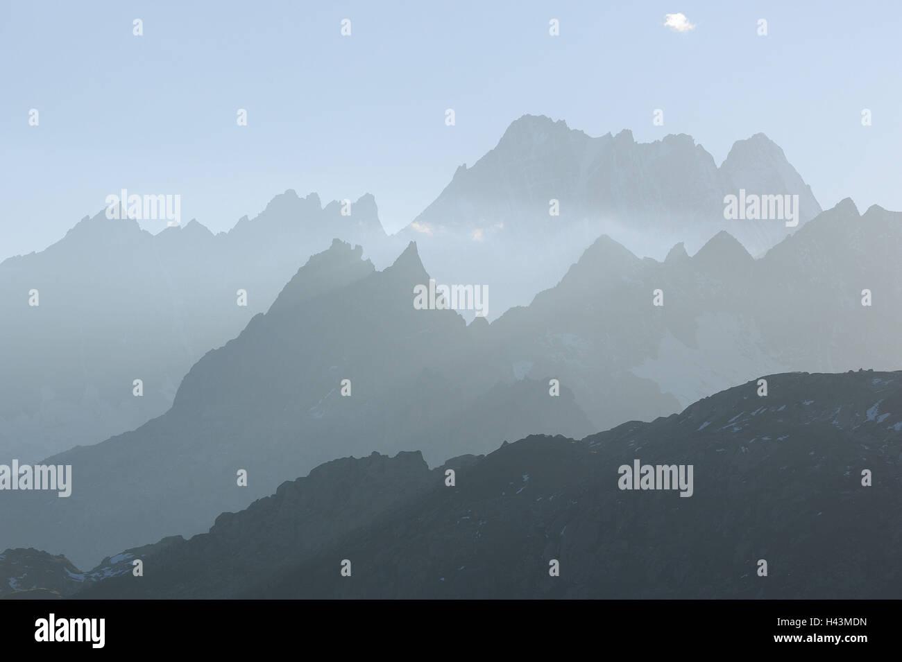 Suisse, Valais, Grimselpass, chaîne de montagne, lignes d'horizon, la brume, l'été, Photo Stock