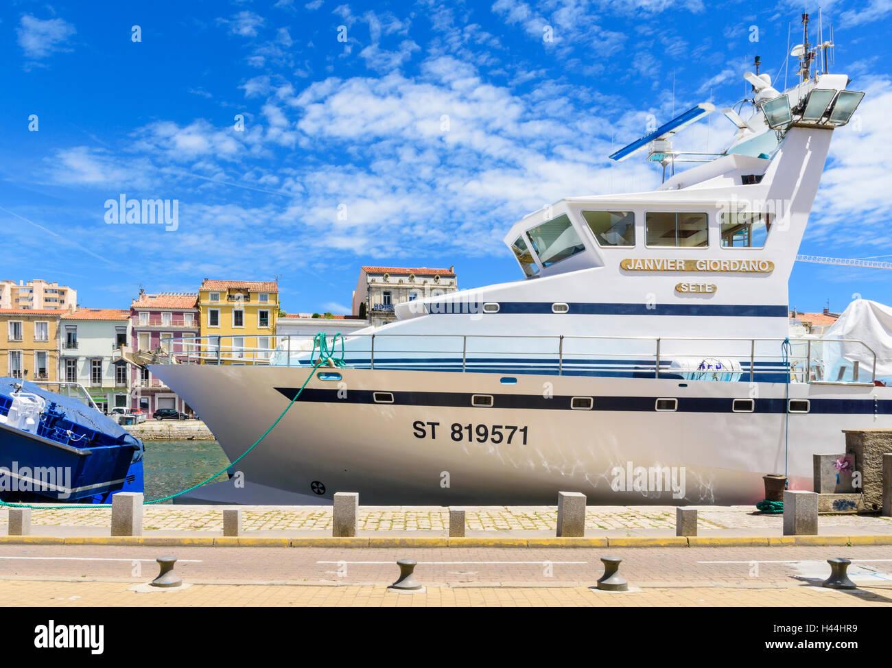 Grand bateau de pêche commercial amarré le long du Canal Royal de Sète, Hérault, France Photo Stock