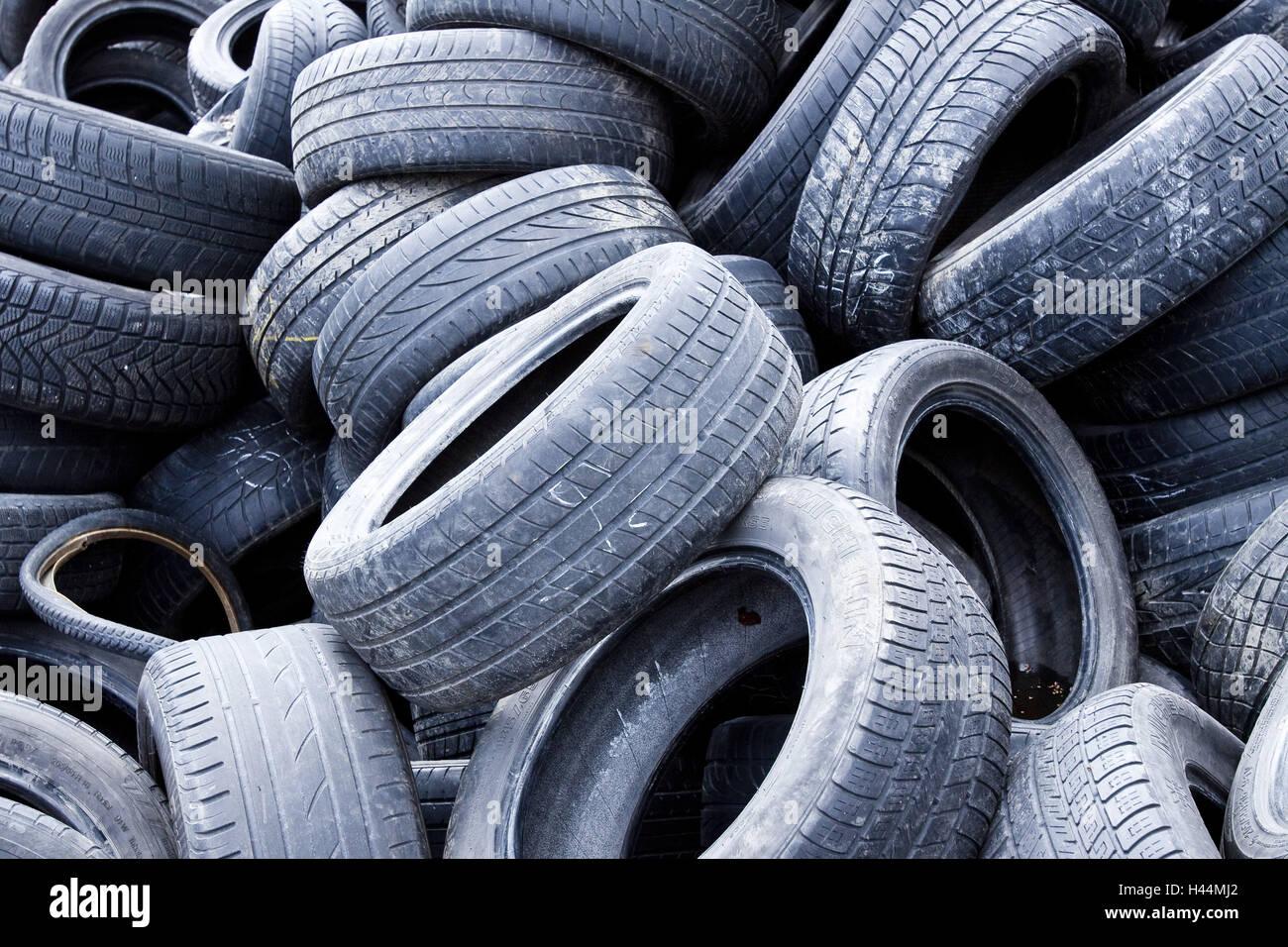 pneus d 39 automobile de vieux d 39 limination les d chets ordures pneu lot caoutchouc bande. Black Bedroom Furniture Sets. Home Design Ideas