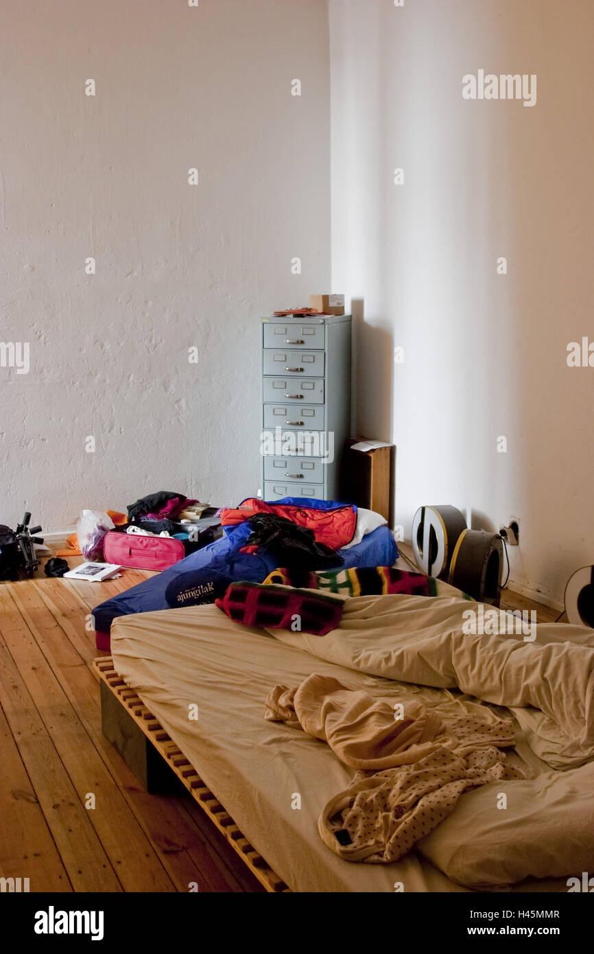 Chambre A Coucher En Desordre Photo Stock Alamy