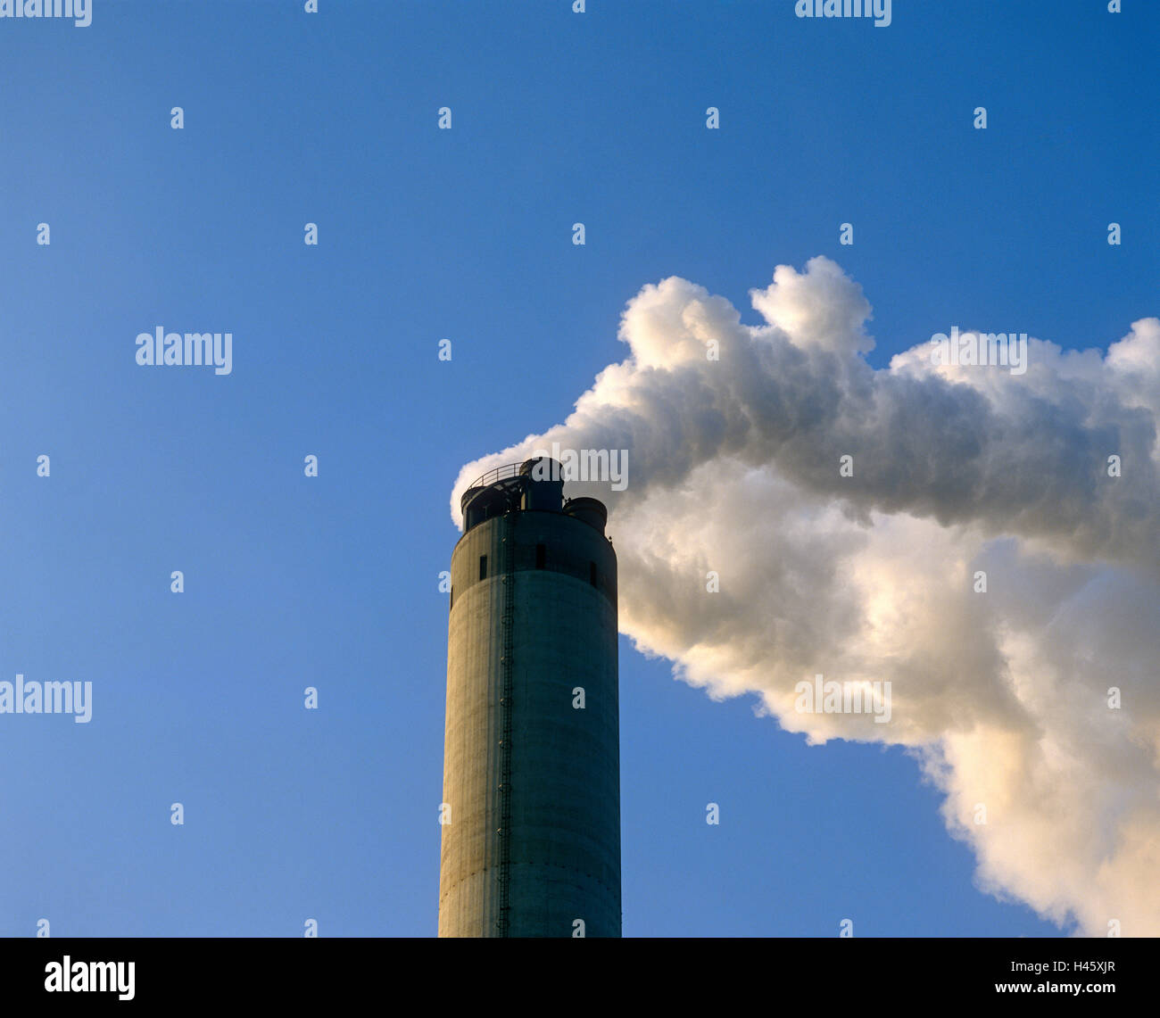 La fumée s'échapper d'une tour industrielle Photo Stock