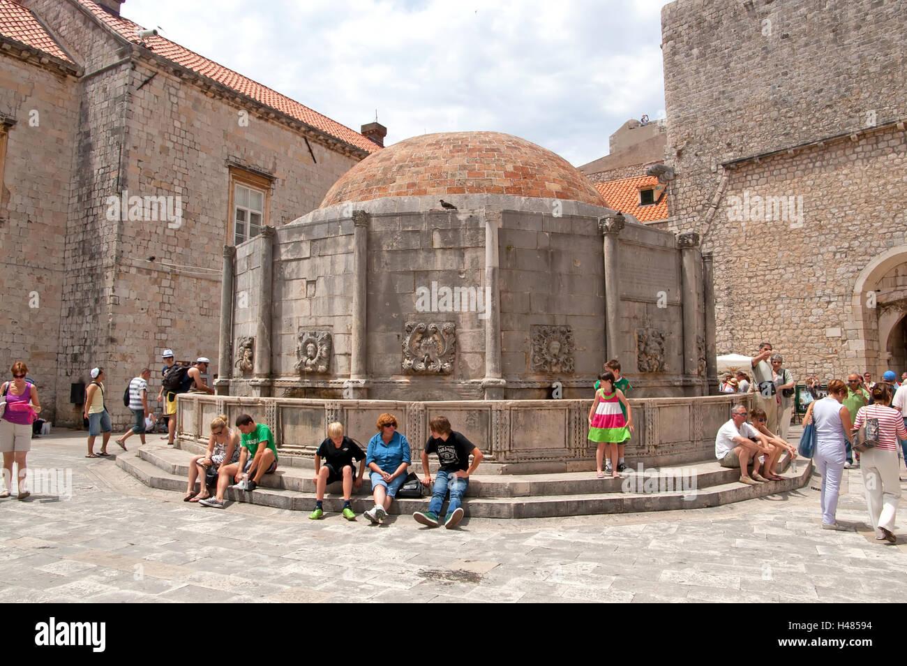 DUBROVNIK, Croatie - le 28 juin 2010: les touristes non identifié près de la grande fontaine d'Onofrio, l'un des monuments de la vieille ville Banque D'Images