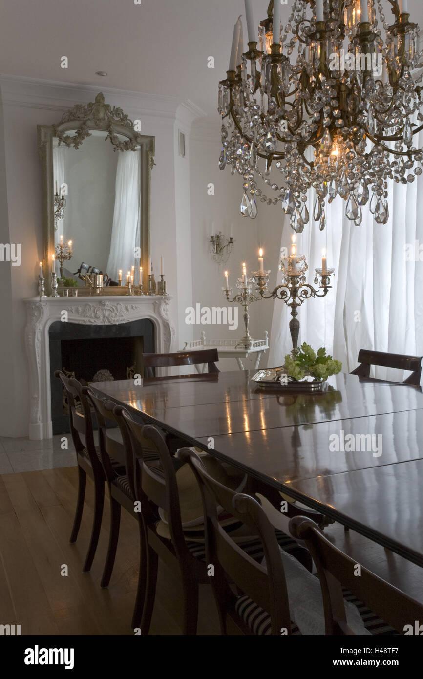 Télévision, salle à manger, cheminée, miroir, table à manger, lustre, bougies, Photo Stock