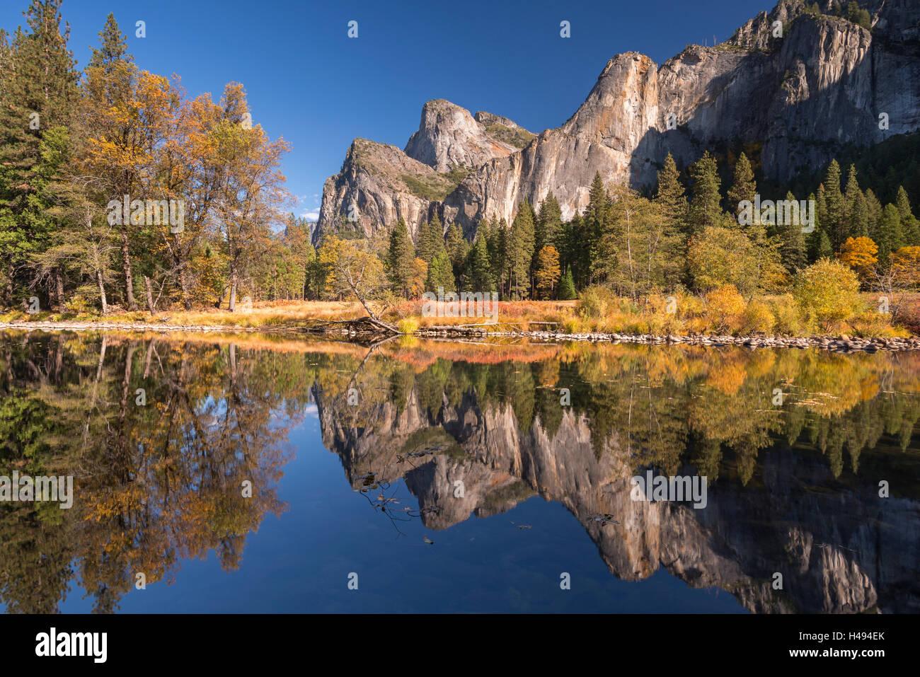 La Vallée Yosemite reflète dans la Merced River au Valley View, Yosemite National Park, California, USA. Photo Stock