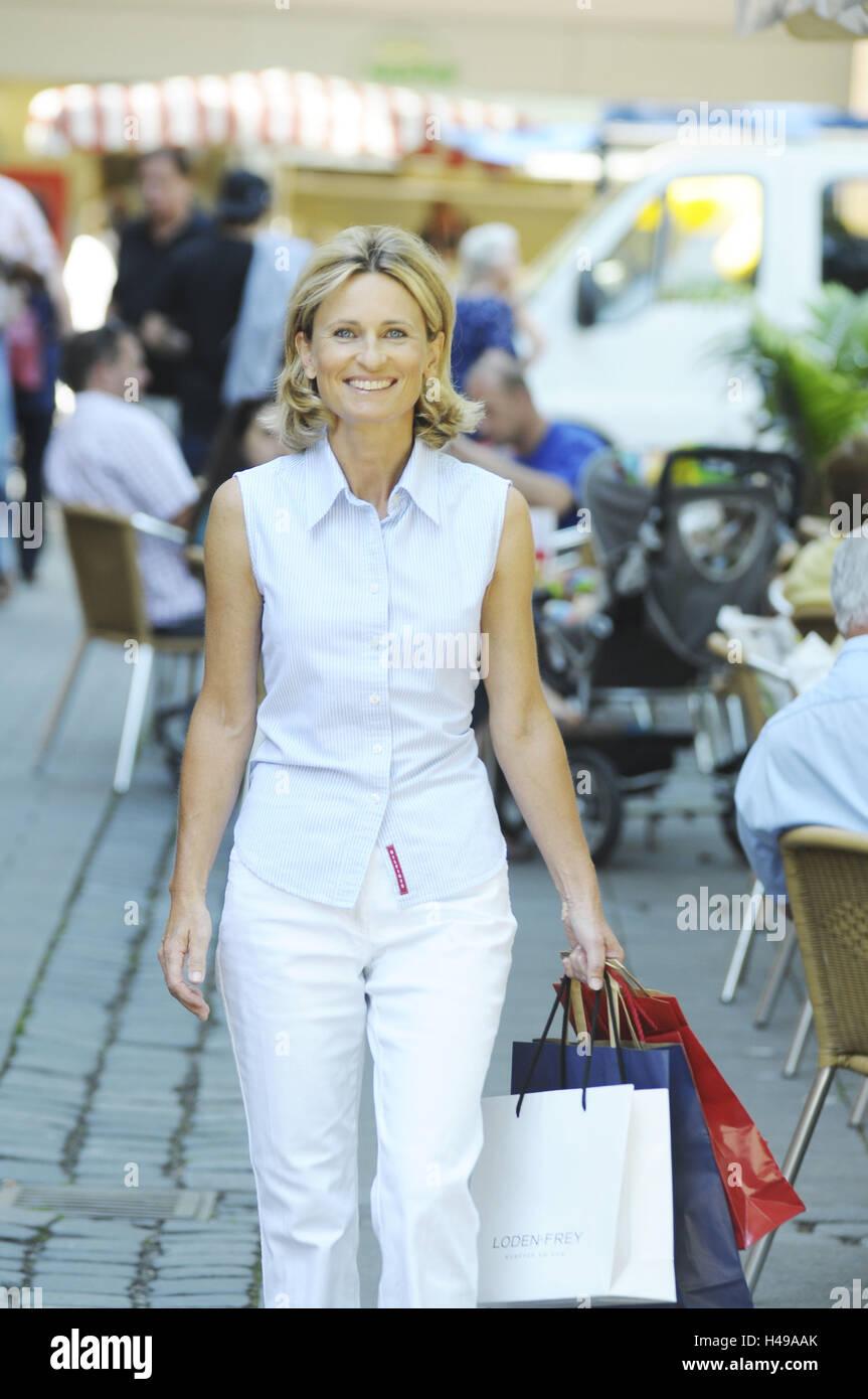 Femme, l'âge moyen, faire des achats, de la ville, Photo Stock