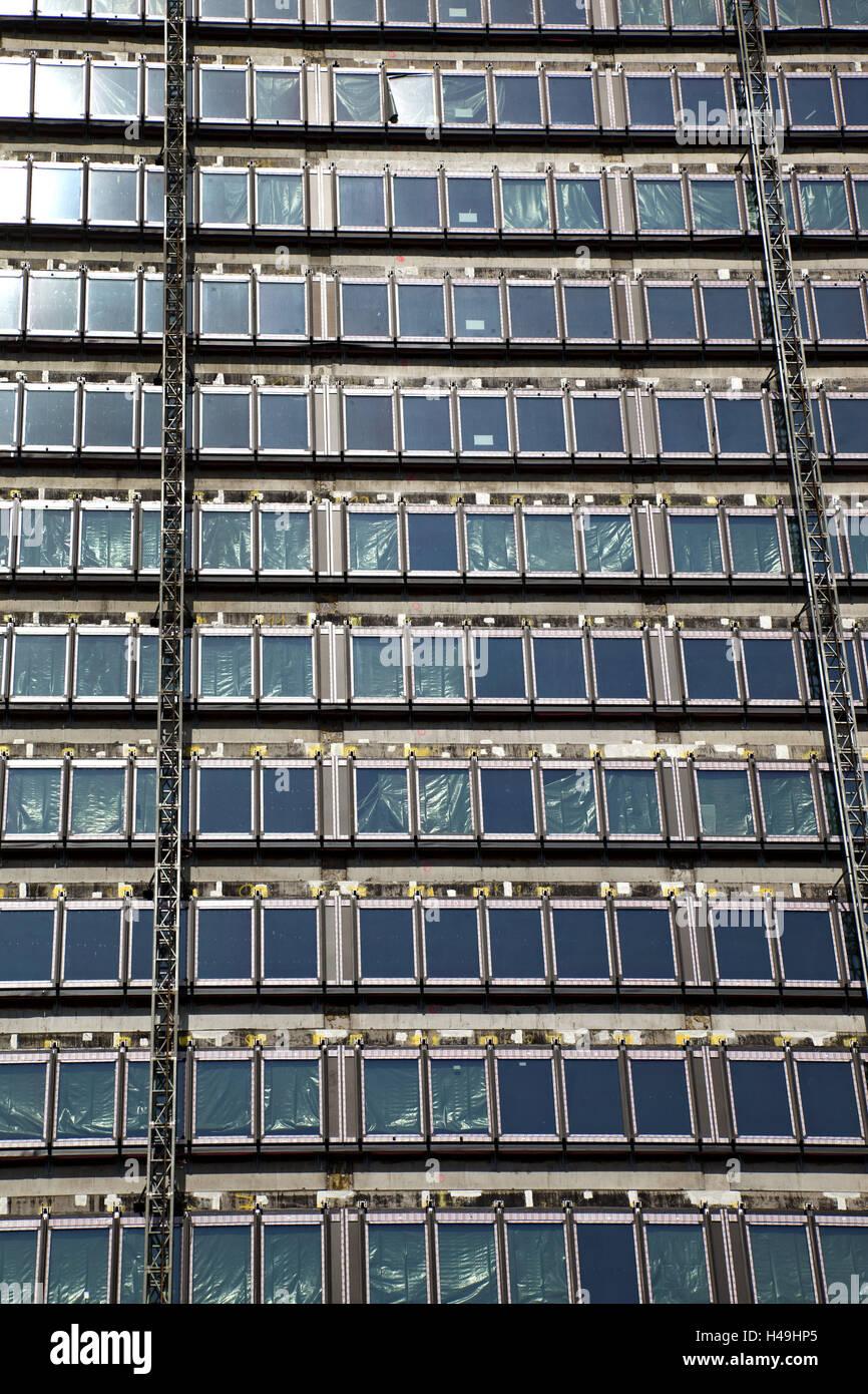 Grande hauteur fa ade fen tre immeuble maison maison d 39 habitation d 39 un salon bureau l for Fenetre grande hauteur