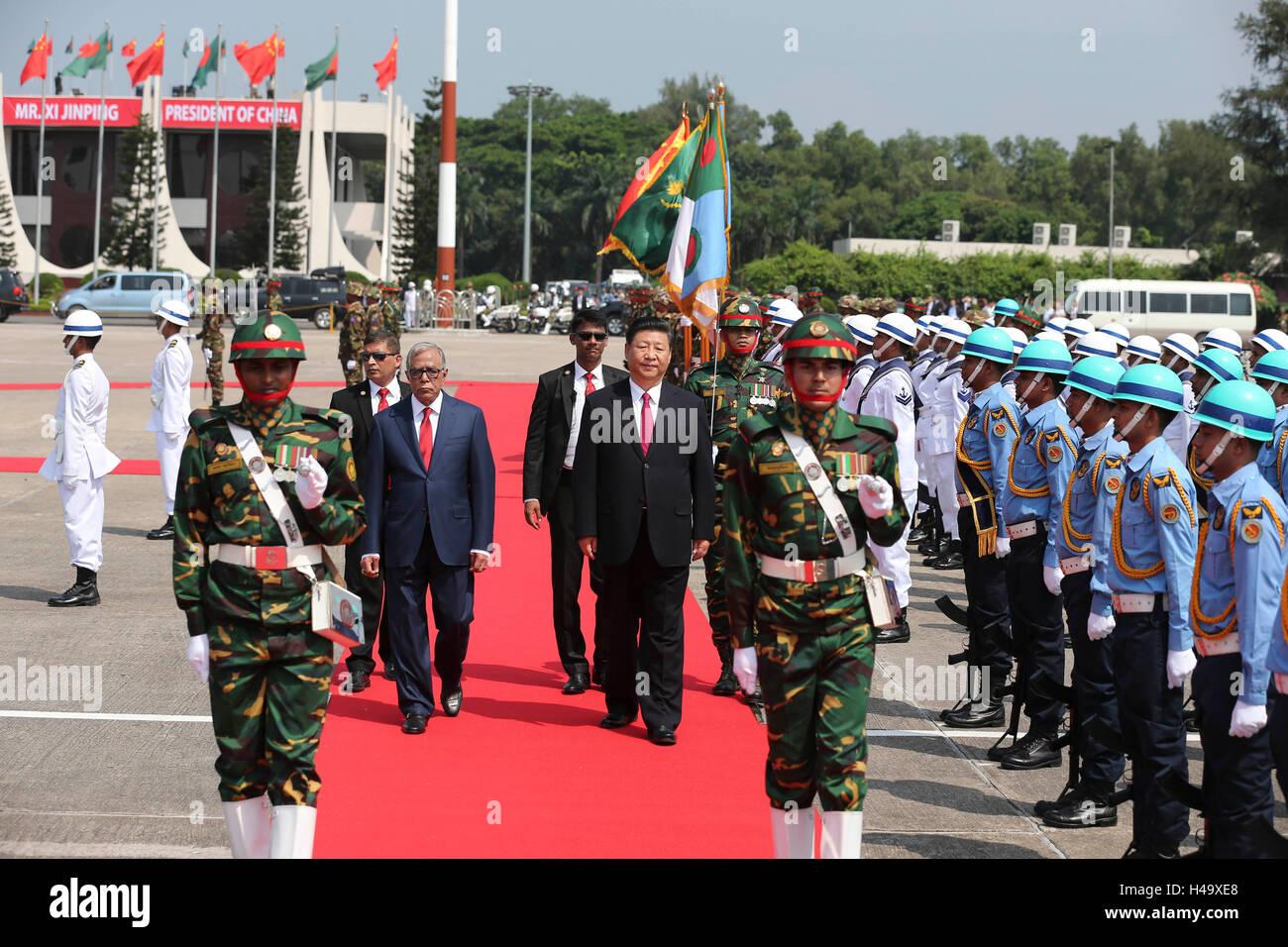 Dhaka, Bangladesh. 14Th Oct, 2016. Le président chinois Xi Jinping assiste à une cérémonie de bienvenue organisée par son homologue Bangladeshi Abdul Hamid à son arrivée à l'aéroport de Dhaka, Bangladesh, le 14 octobre 2016. Xi Jinping est arrivé vendredi pour une visite d'état. Credit: Pang Xinglei/Xinhua/Alamy Live News Banque D'Images