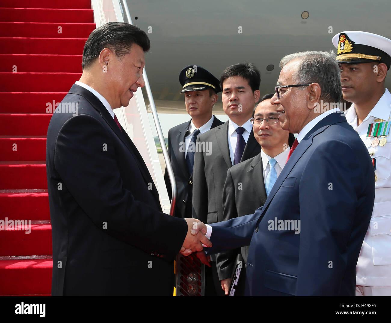 Dhaka, Bangladesh. 14Th Oct, 2016. Le président chinois Xi Jinping (L) est reçu par son homologue Bangladeshi Abdul Hamid (R) à son arrivée à l'aéroport de Dhaka, Bangladesh, le 14 octobre 2016. Xi Jinping est arrivé vendredi pour une visite d'état. Credit: Lan Hongguang/Xinhua/Alamy Live News Banque D'Images