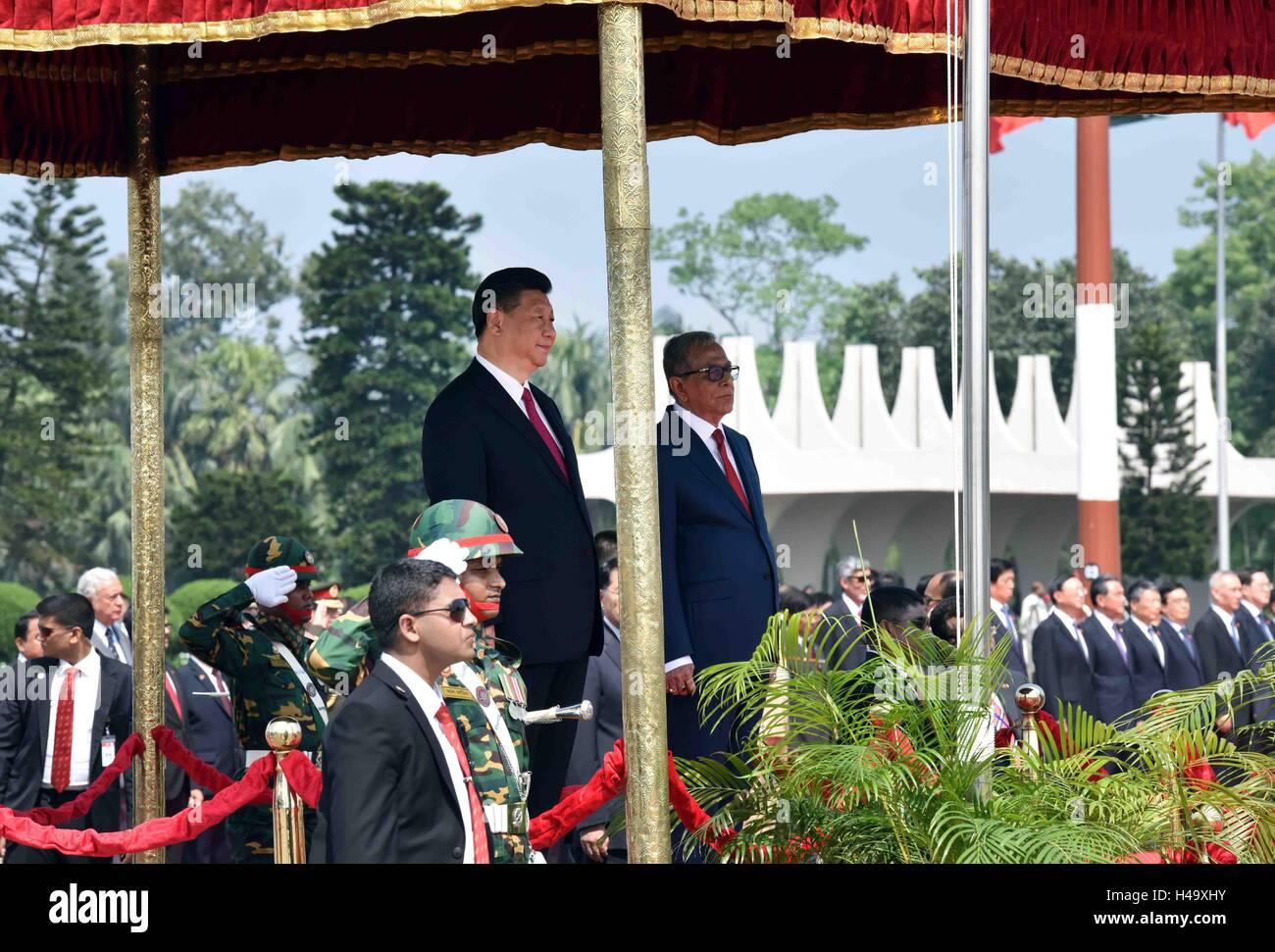 Dhaka, Bangladesh. 14Th Oct, 2016. Le président chinois Xi Jinping (L) assiste à une cérémonie de bienvenue organisée par son homologue Bangladeshi Abdul Hamid (R) à son arrivée à l'aéroport de Dhaka, Bangladesh, le 14 octobre 2016. Xi Jinping est arrivé vendredi pour une visite d'état. Credit: Zhang Duo/Xinhua/Alamy Live News Banque D'Images