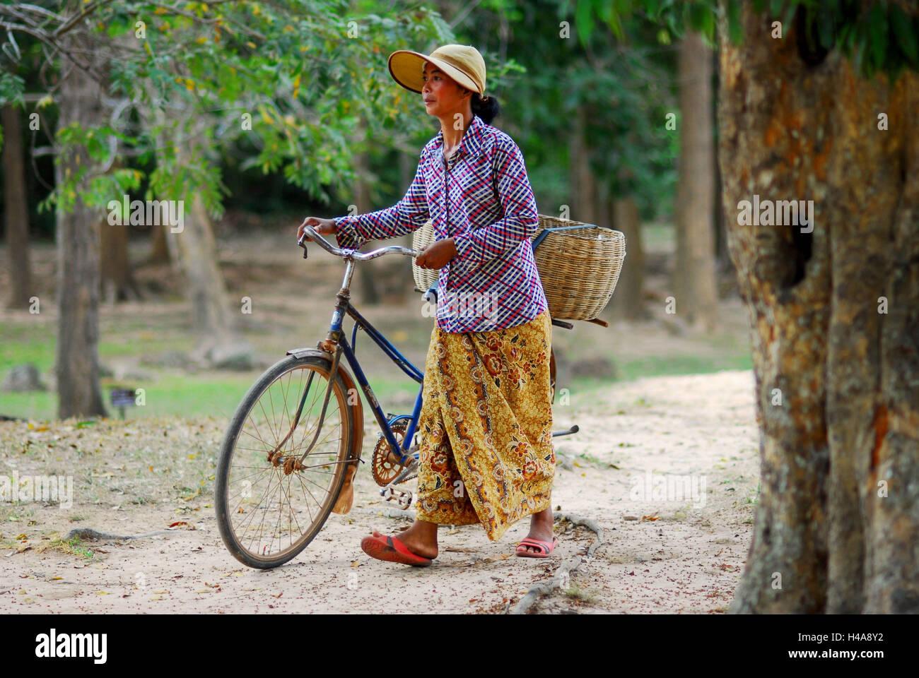 Le Cambodge, la femme pousse location, Banque D'Images