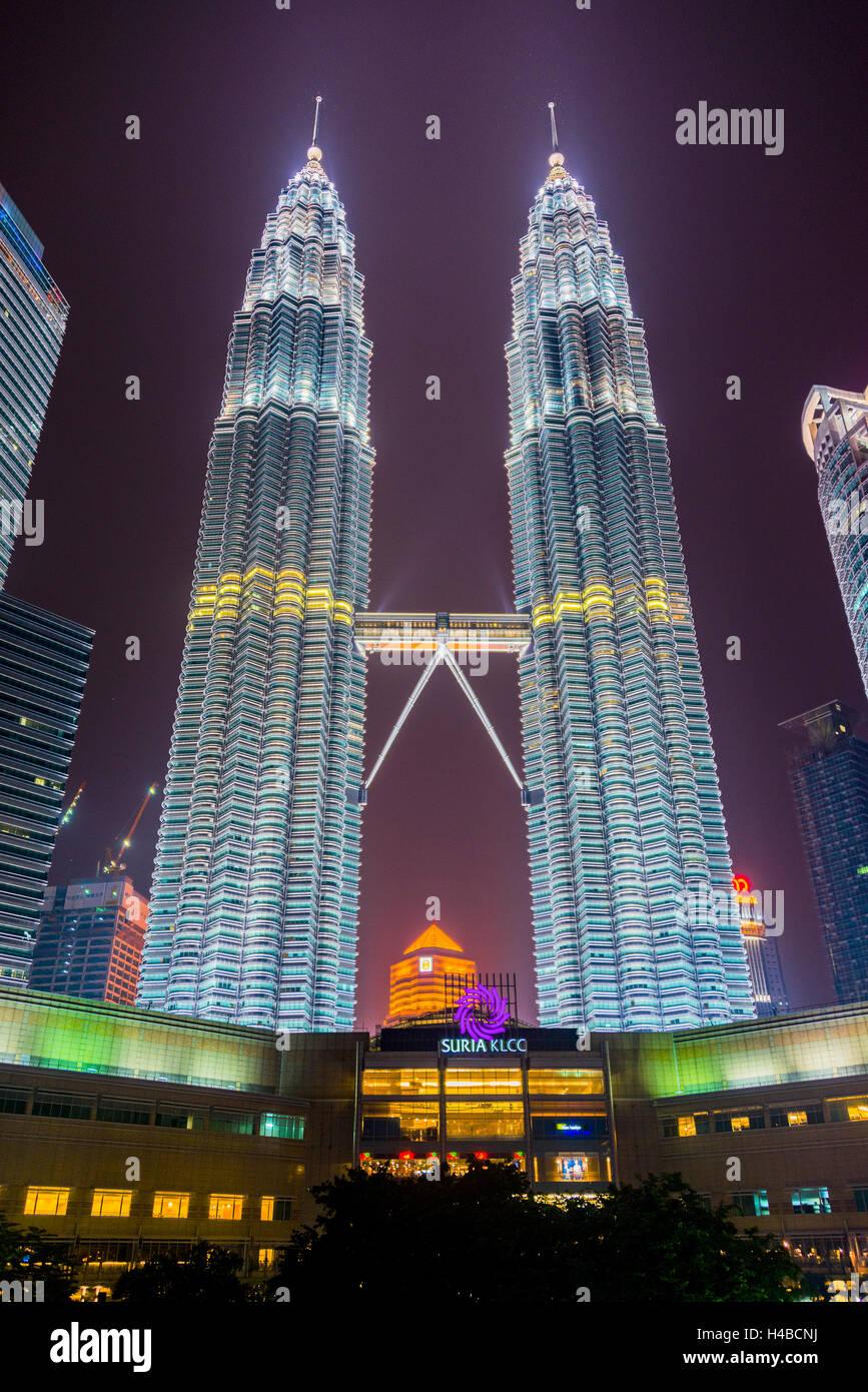 Tours Petronas allumé la nuit, Kuala Lumpur, Malaisie Photo Stock