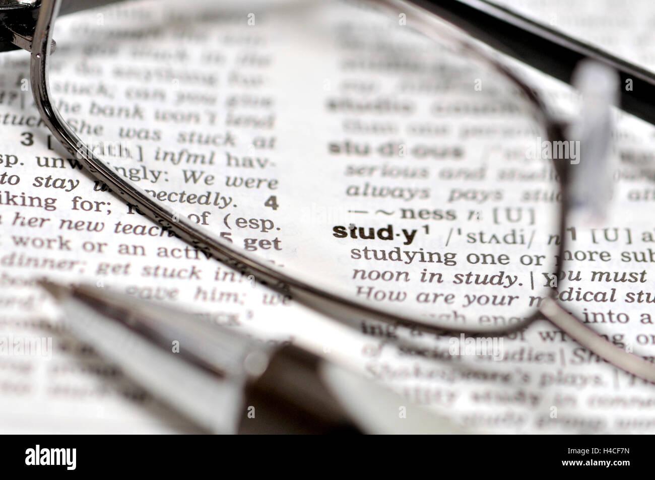 """""""Étude"""" concept - dictionnaire, verres et pen Photo Stock"""