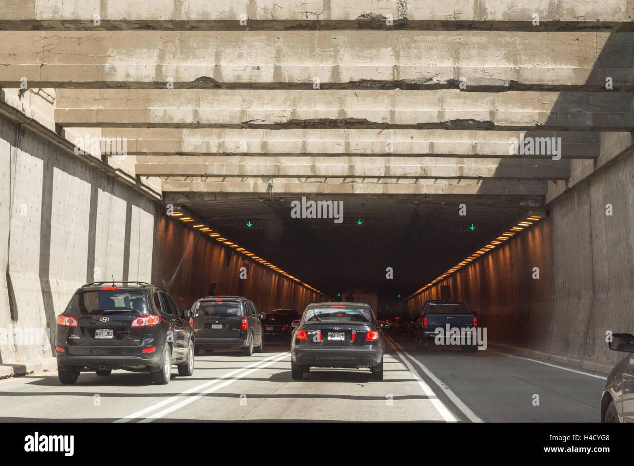 La Fontaine - Tunnel de voitures sur l'autoroute 25 qui passe sous le fleuve Saint-Laurent, Cap vers l'Est, Montréal, Banque D'Images