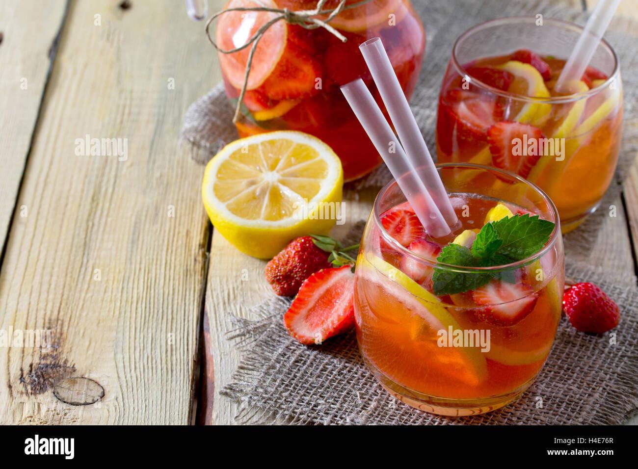 De l'été Tradition verre avec mojito citron et menthe avec copie espace dans un style rustique. Photo Stock