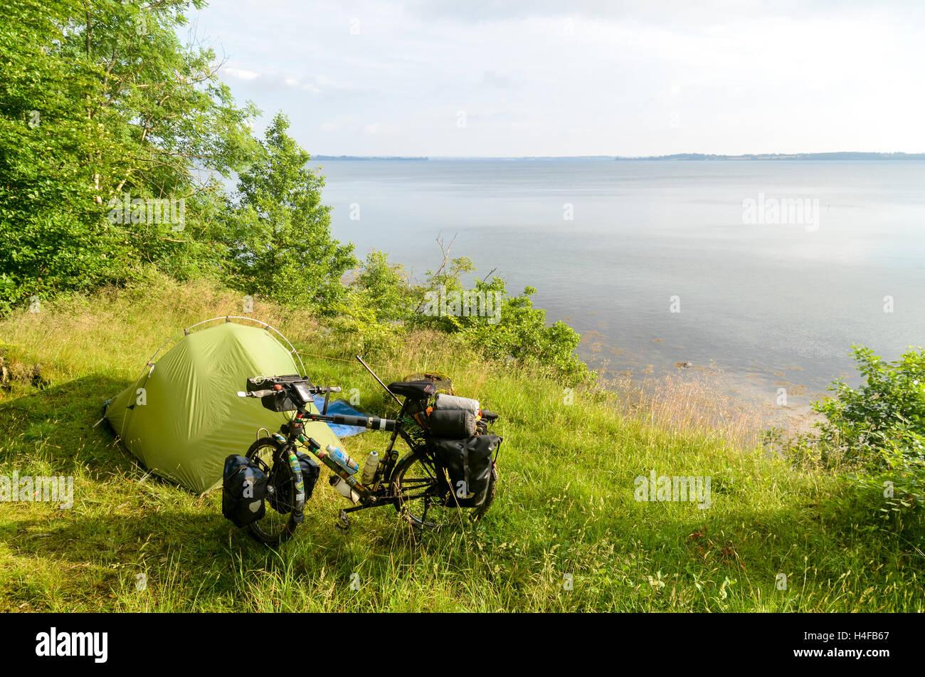 Bicycke et tente par le fjord Flensborg, Allemagne Photo Stock
