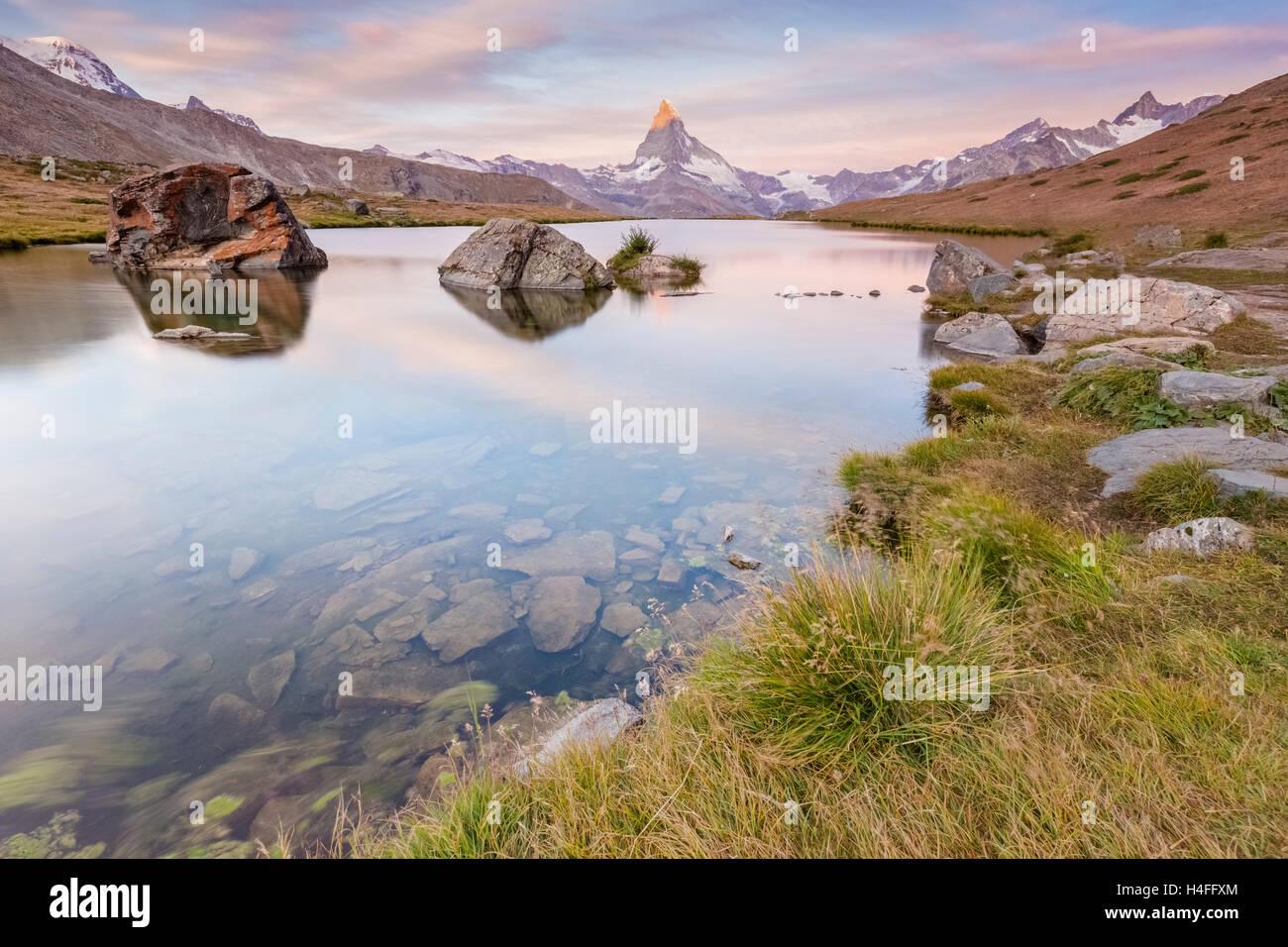 À l'aube du lac Stellisee avec le Matterhorn, Zermatt, Suisse reflétant Photo Stock