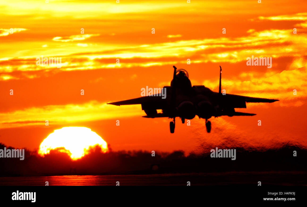 F-15E Strike Eagle United States Air Force à l'atterrissage à RAF Lakenheath Suffolk UK contre un coucher de soleil orange Banque D'Images