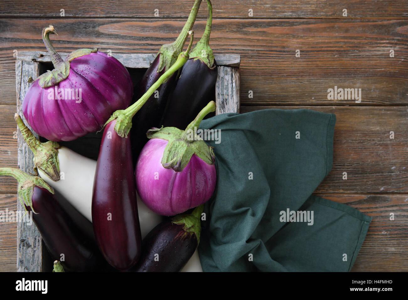 Bois brut en aubergine, de l'alimentation de la caisse au-dessus Photo Stock