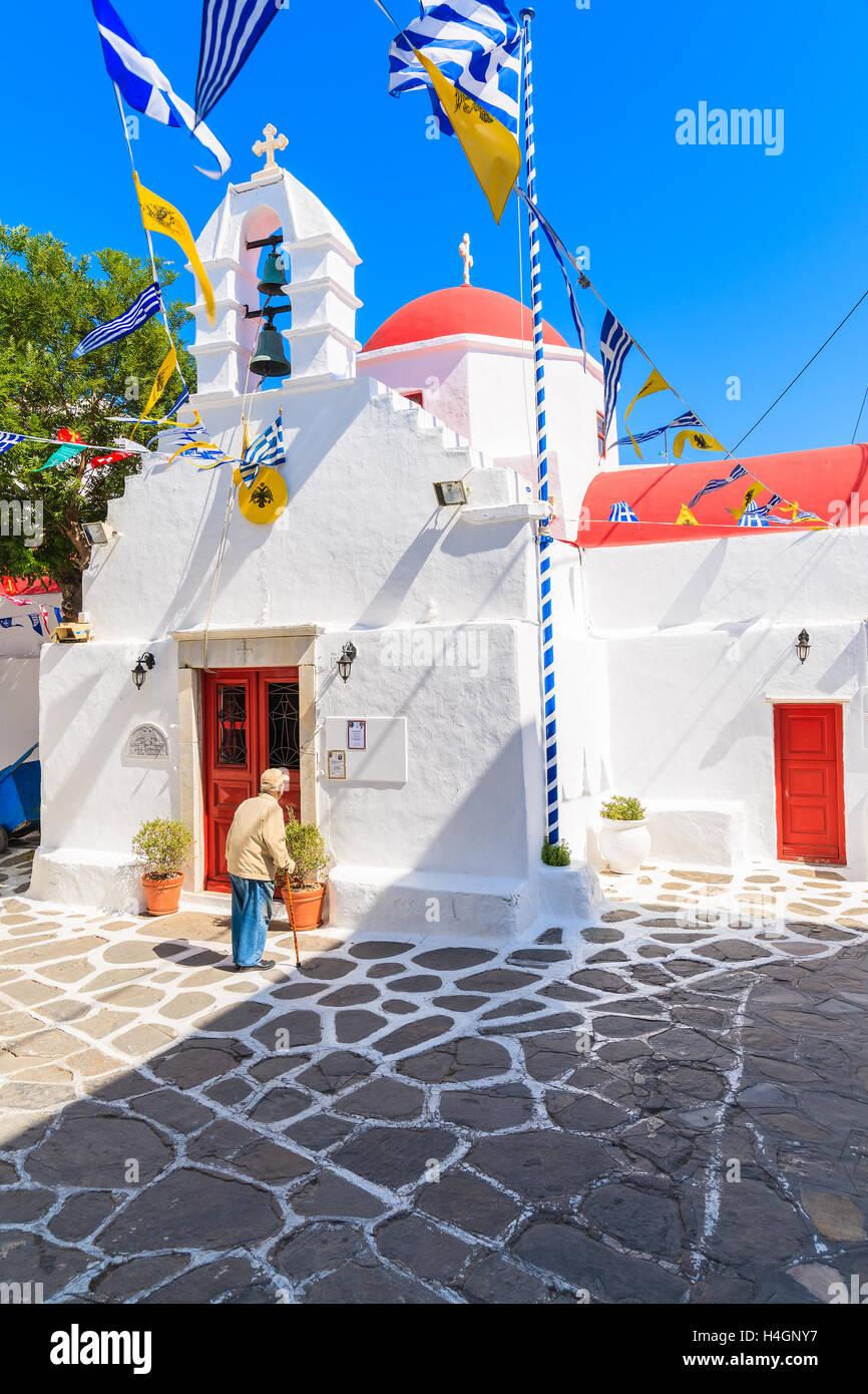 La ville de Mykonos, Grèce - 16 MAI 2016: ancien Grec homme debout devant une église et à la recherche à l'avis Banque D'Images