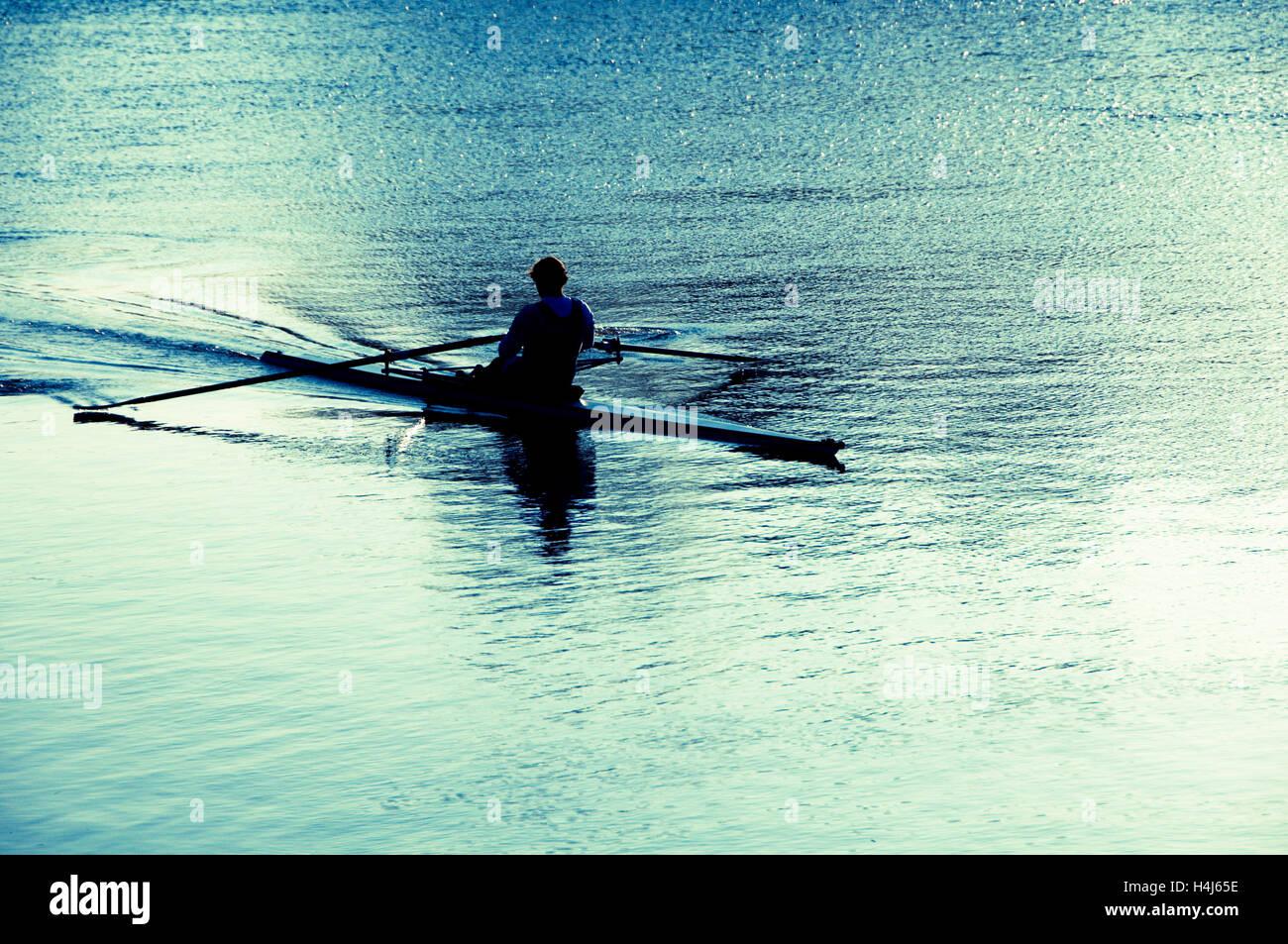 La formation de l'aviron de l'athlète dans la rivière Photo Stock