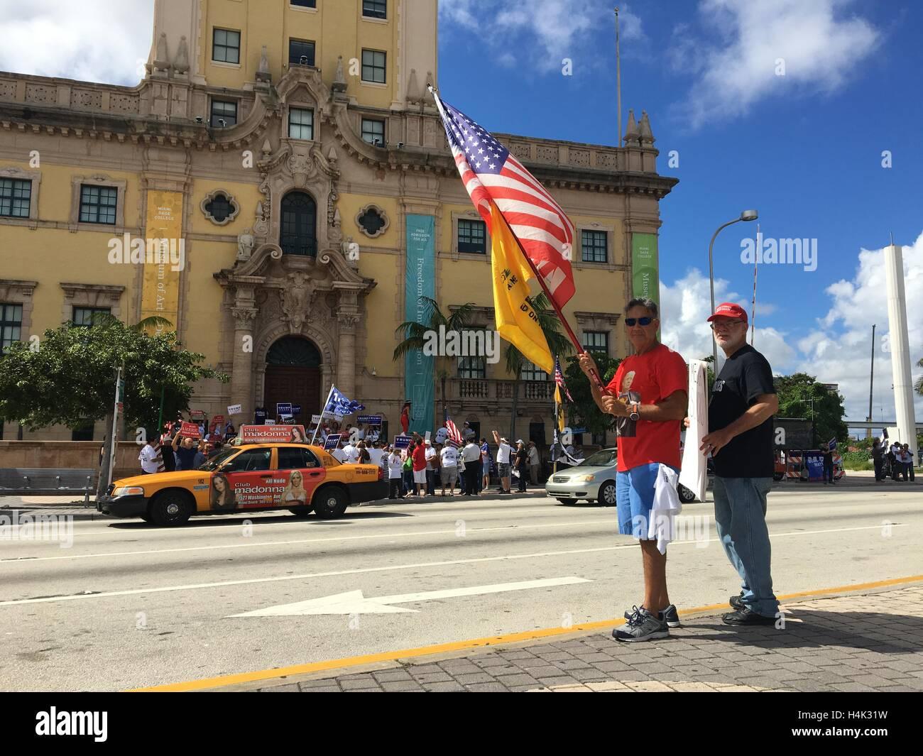 Miami, États-Unis. 06 Oct, 2016. Donald Trump partisans cubains photographiés à Freedom Tower à Photo Stock