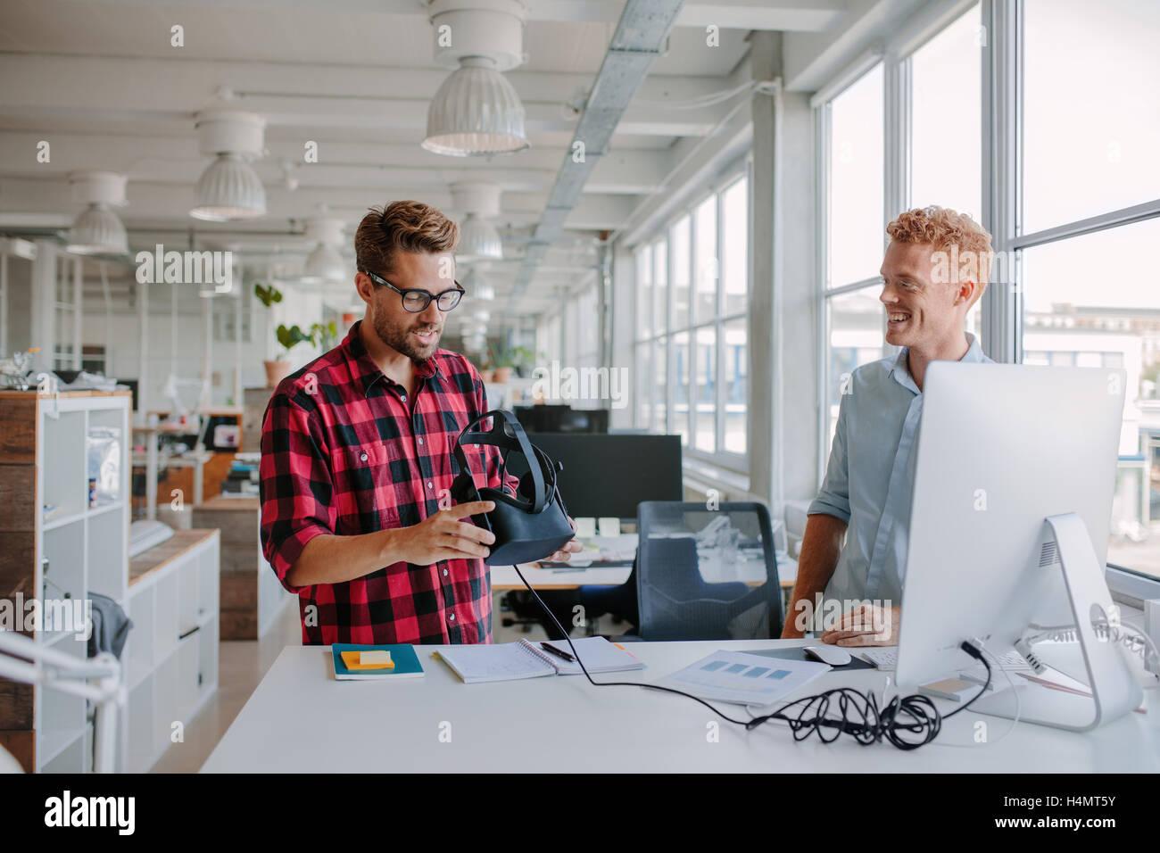 Photo de deux jeunes développeurs lunettes de réalité virtuelle à l'essai dans le bureau. Photo Stock