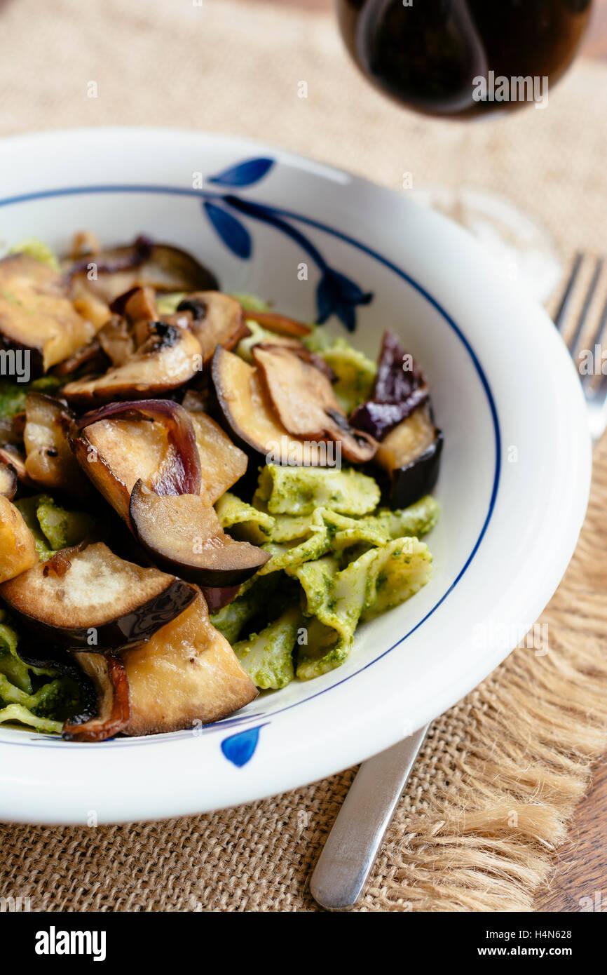 Pâtes aux champignons et épinards aubergines et sauce au pesto de noix Banque D'Images