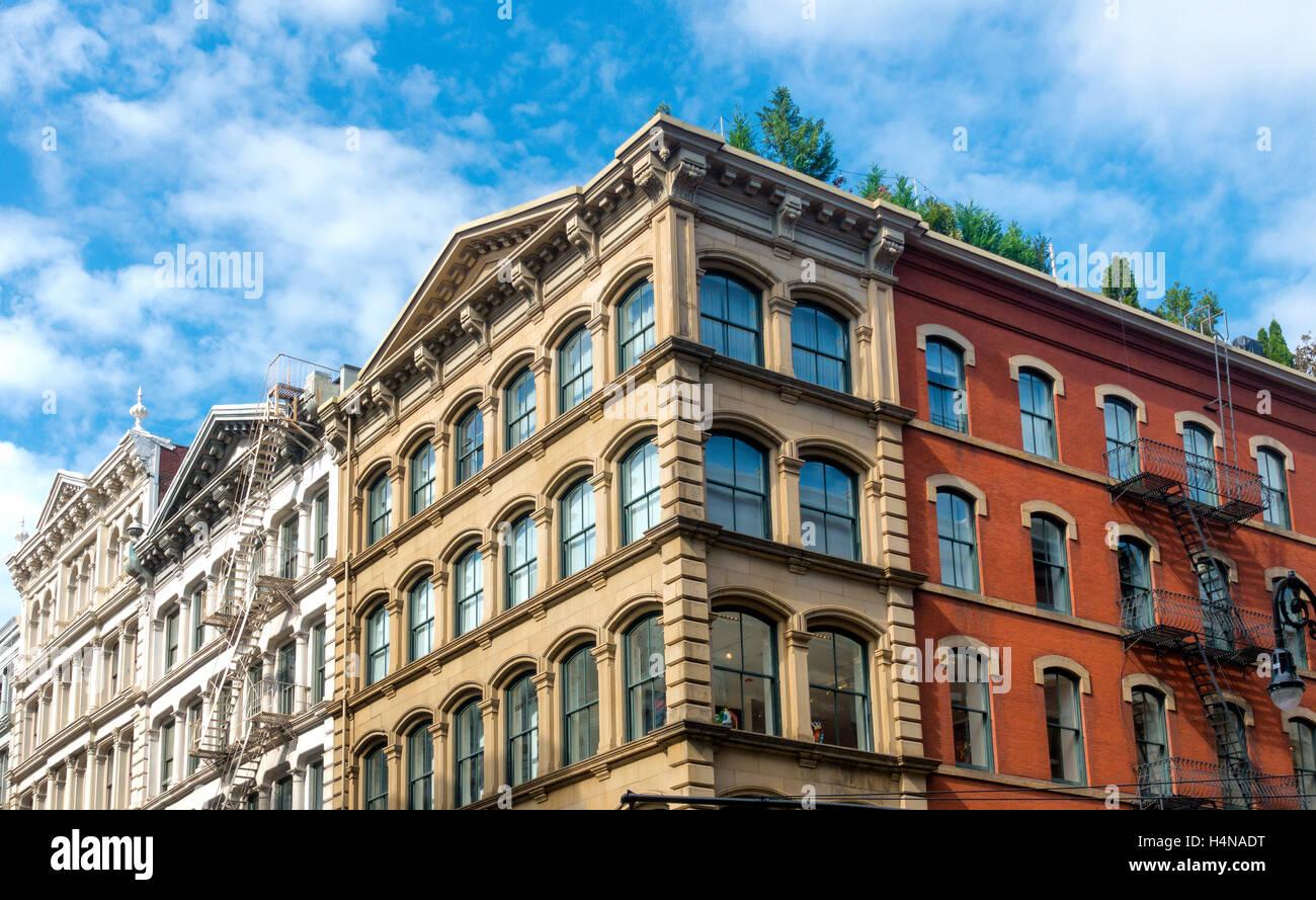 Les bâtiments de l'architecture en fonte à Soho à New York, avec des arbres sur le toit suggérant Photo Stock