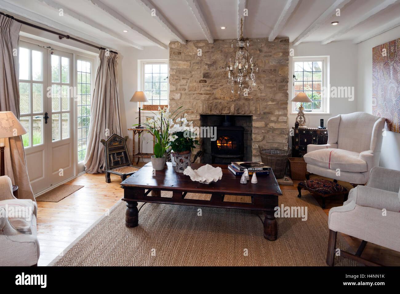Cottage meublé contemporain un salon avec une cheminée et un ...